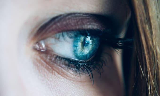 К чему чешется левый глаз у женщины
