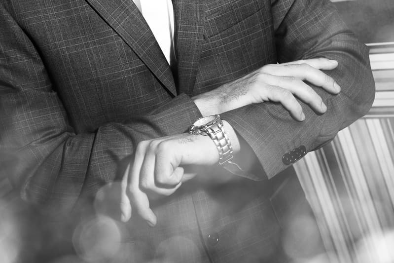 Фото человека, смотрящего на часы