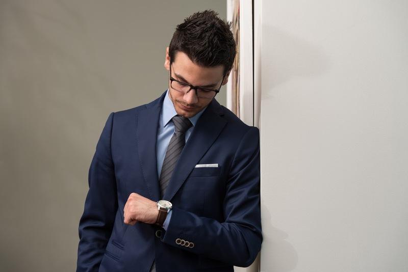 Фото человек смотрит на часы