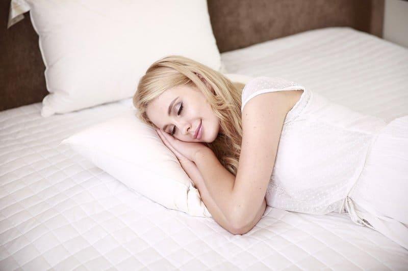 Фото спящей женщины