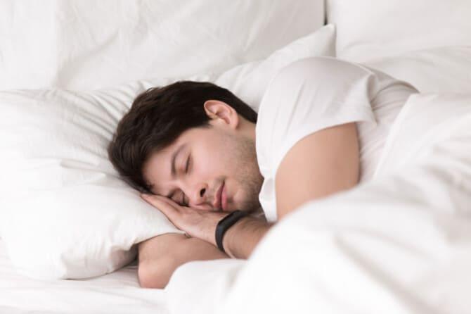Фото мужчина спит